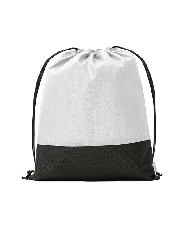 Mochila combinada en tejido non woven (no tejido), con efecto metalizado y tejido liso en color negro. Cordones en color negro.