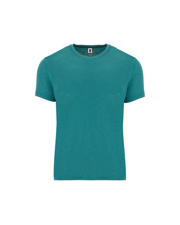 Camiseta de manga corta, en tejido vigoré inclinado. Cuello redondo del mismo tejido y remallado de adorno. Cubrecosturas inter