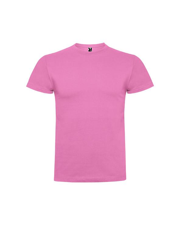 Camiseta de manga corta, confeccionada con tejido en galga fina y acabado compactado. Cuello redondo con 4 capas, cubrecosturas