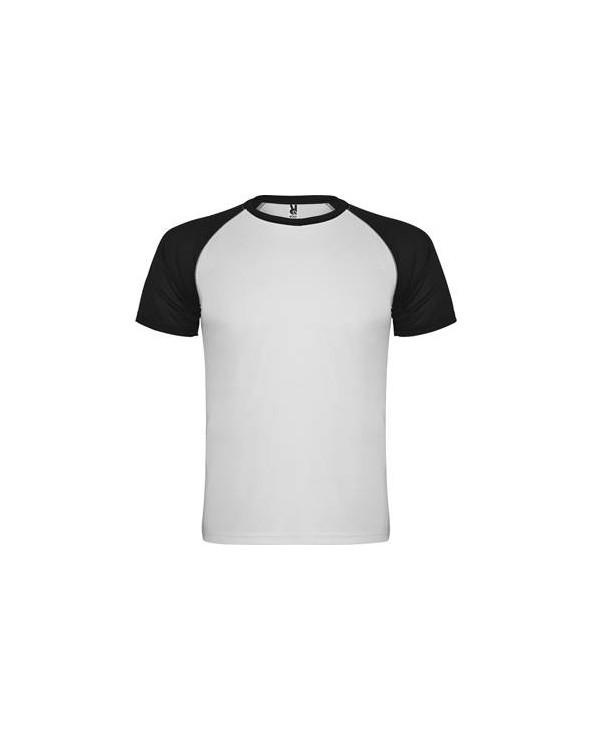 Camiseta deportiva de manga corta estilo ranglan en contraste. Cuello redondo en contraste con cubrecosturas de refuerzo en su