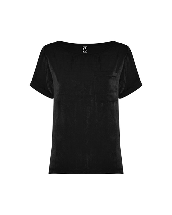 Camiseta de mujer de manga corta y escote amplio. Bolsillo en pecho izquierdo.  El patronaje de la espalda es ligeramente más l