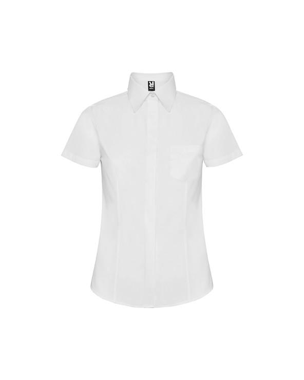 Camisa de corte entallado con pinzas en delantero y espalda, bolsillo frontal izquierdo y tapeta cubre botones. Bajo con forma.