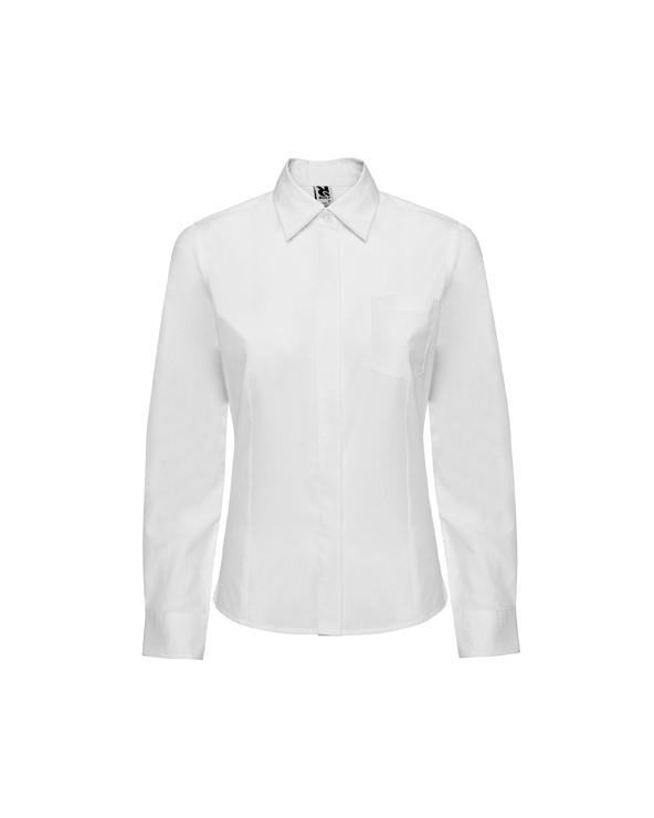 Camisa de manga larga, corte entallado con pinzas en delantero y espalda, bolsillo frontal izquierdo y tapeta cubre botones. Pu